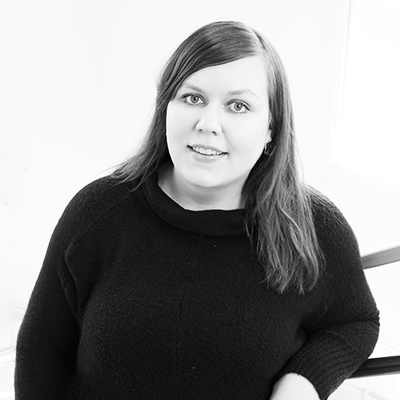 Bild på Emilia Angséus i svartvitt