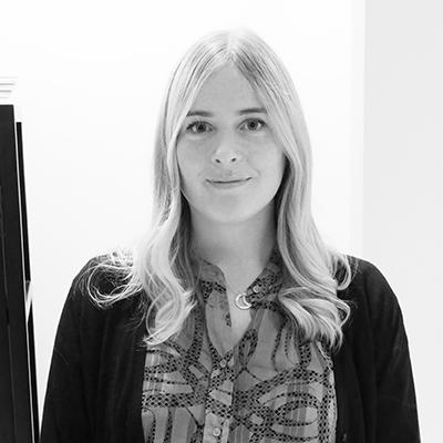 Bild på Michaela Lindblom i svartvitt