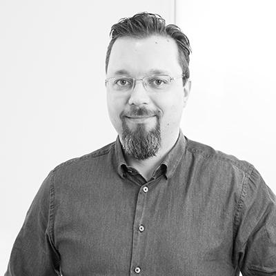Bild på Peter Suopanki i svartvitt