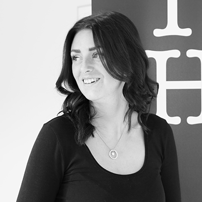 Bild på Sandra Johansson i svartvitt